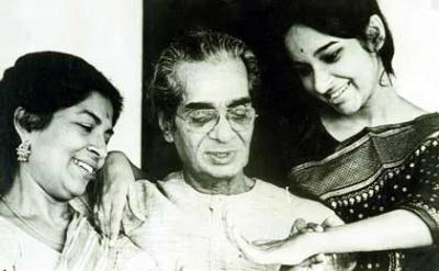 Удай Шанкар с женой Амалой и дочерью Маматой. Обратите внимание на пластику кисти руки девушки.