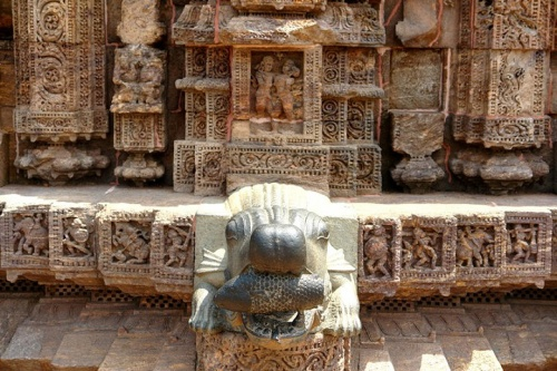 Крокодил с рыбой - фрагмент храма
