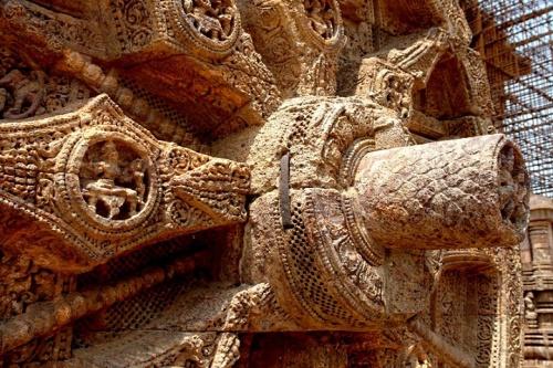 Такими железными стяжками укрепляют храм