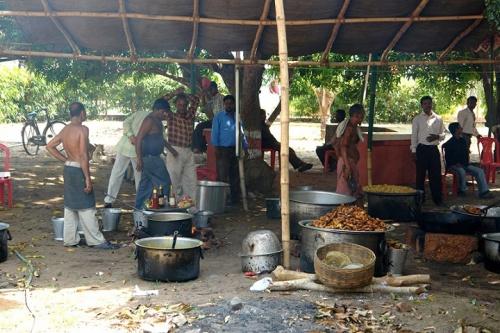 Мужчины готовят еду к свадьбе