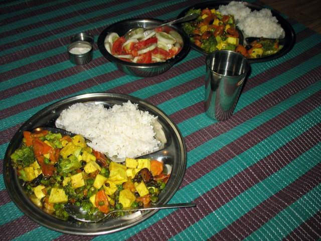 Рис, панир с овощами, салат