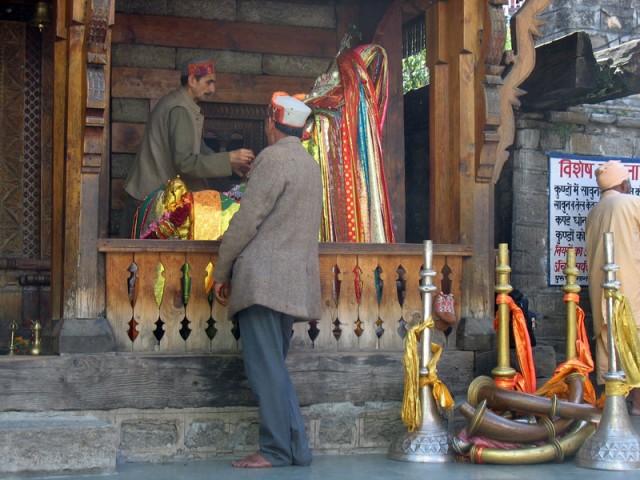 Брамин из храма Вашишта Муни совершает пуджу соседским богам