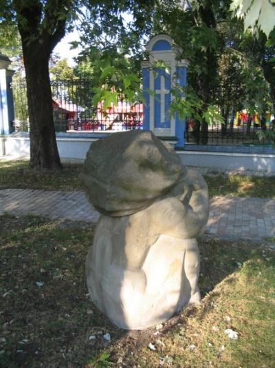 Статуя голой женщины грустит на территории мужского монастыря
