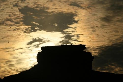 Солнце встает над древней обсерваторией