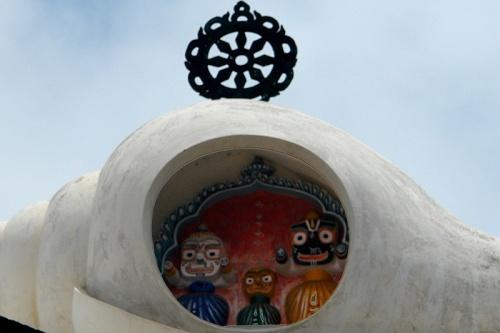 Джаганатх (справа)