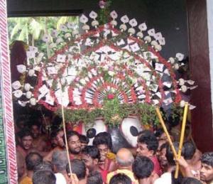 Вынос Джаганнатха из храма во время Ратха-ятры в Пури