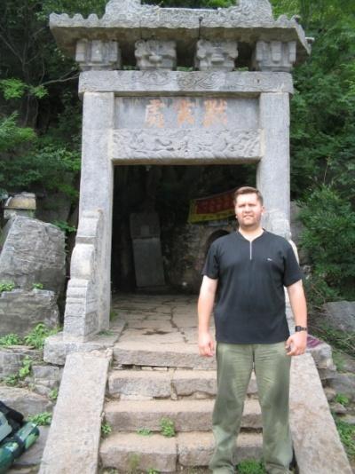 У меня за спиной вход в пещеру великого Дамо.