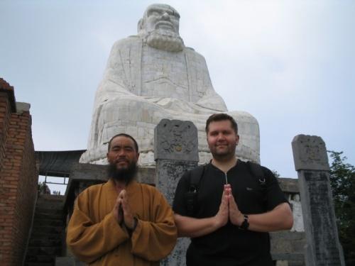 А это смотритель статуи Бородатого Варвара. Нереально бородат, как для китайца :0)