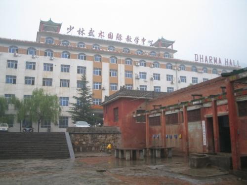 В здании гостиницы часть комнат отдана иностранцам, а вся правая половина - общага гунфунят.