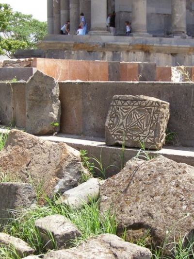 Остатки дворца около храма
