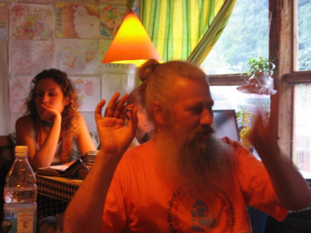 Дима Гайдук рассказывает сказки в Олд Манали