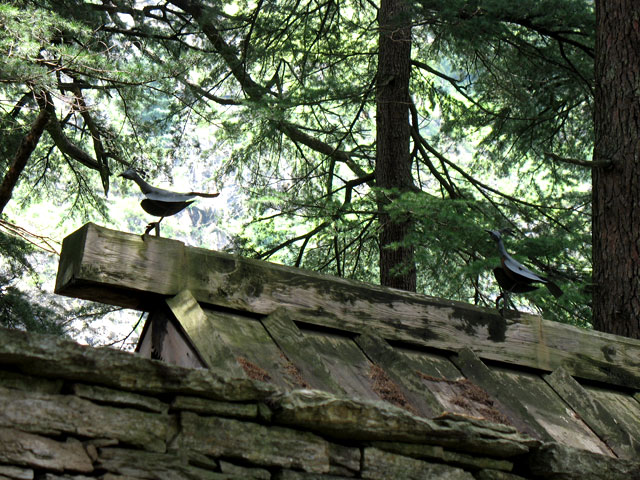 Железные птицы на крыше святилища Джамадагни. Сойл