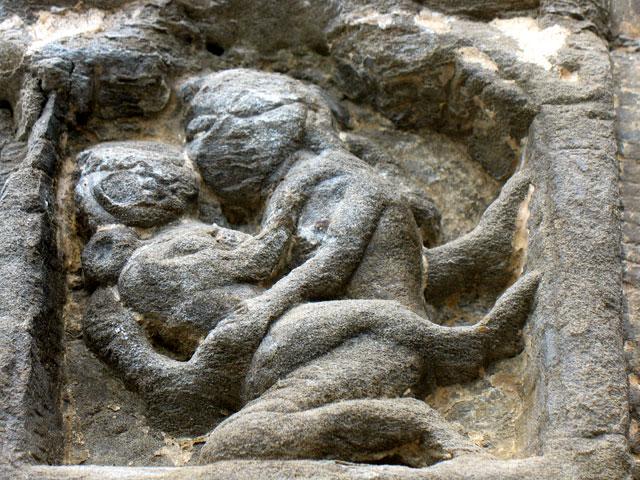 Еще одна любовная сценка на стене храма Гоуришанкар. Дашала