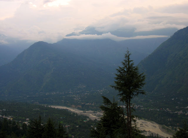 Вид на долину Куллу из храма Кришны. Нагар
