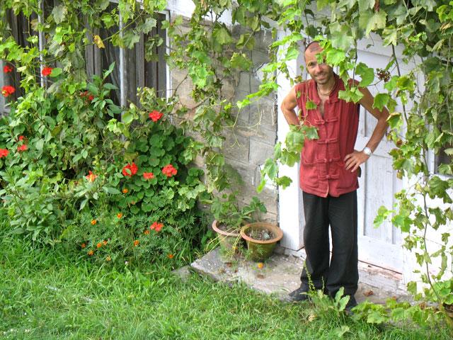 Муни у порога нашей комнаты в Нагаре