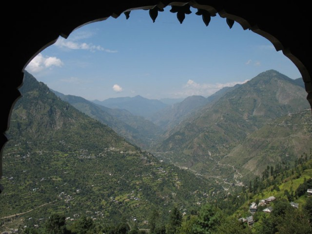 Вид из храма Шринга Риши на главное русло долины Банджар