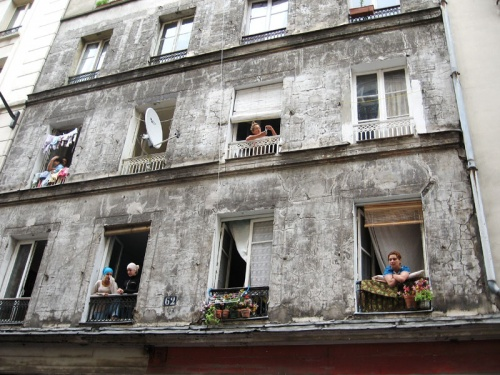 окна и люди