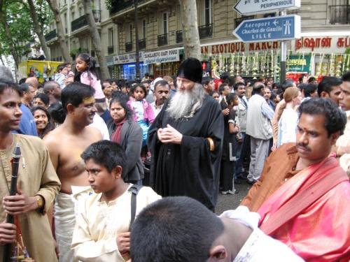 священник (похож на русского православного)