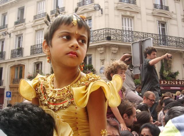 девочка в желтом