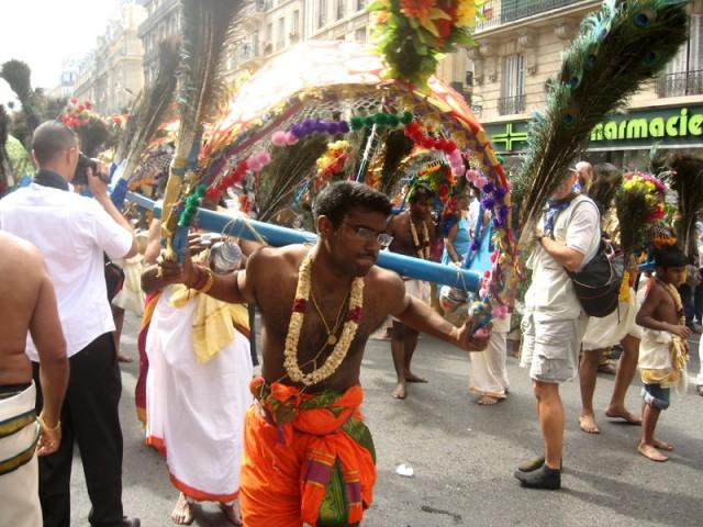 танцы с павлиньими перьями