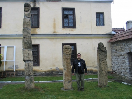 Каменные кумиры в археологическом музее