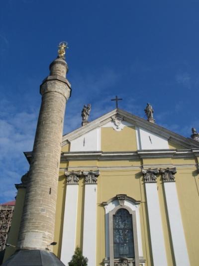 Кафедральный католический собор с минаретом. На верху минарета - Богородица.