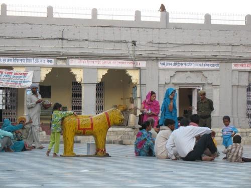 Во дворике храма Деви
