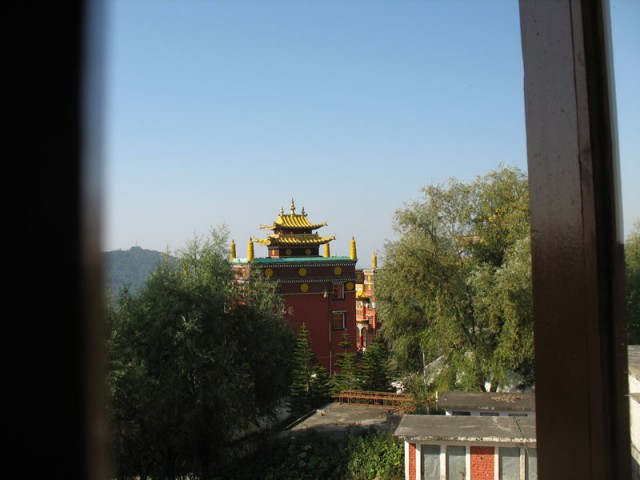 Вид из нашего окна на буддистский монастырь
