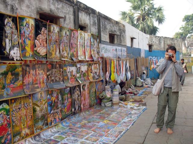 Продавец постеров
