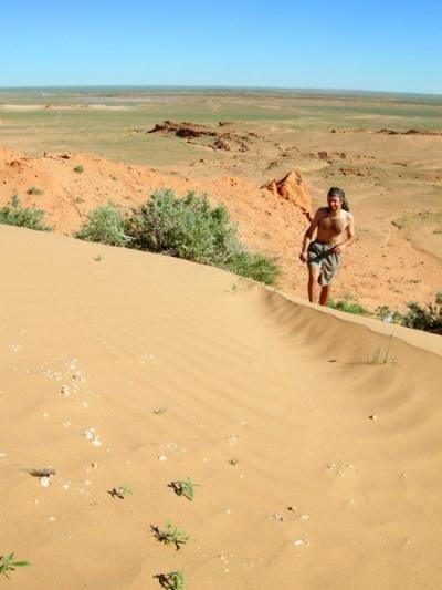 Серж в песках. Баянзаг, пустыня Гоби, Монголия