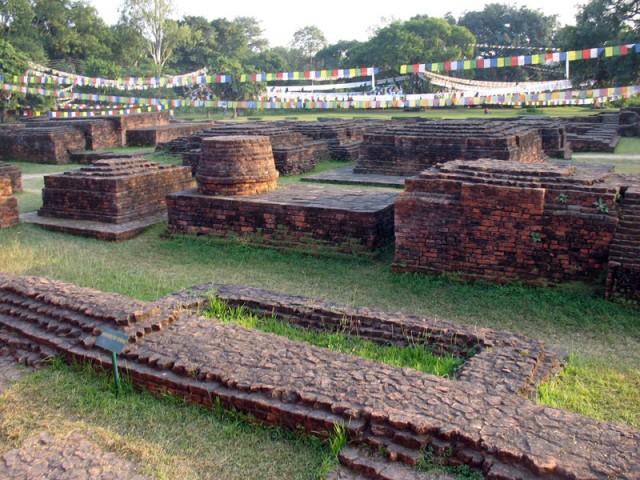 Развалины древних монастырей (2 в. до н. э.) на месте рождения Будды