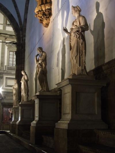 в галерее статуй