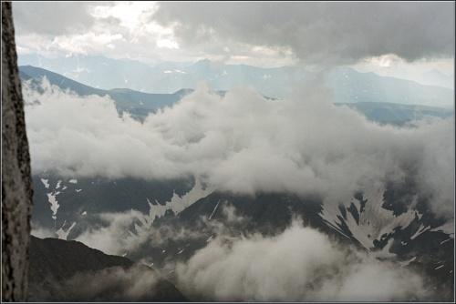 Вид с вершины на истоки реки Народы  и облака