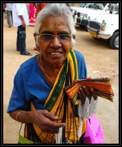 Женщина, торгующая изделиями ручной работы и не только