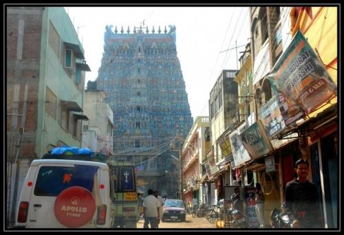 Узкая улочка, ведущая к одному из входов в храмовый комплекс