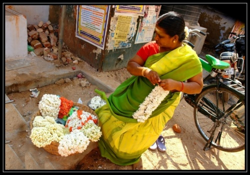 Женщина, продающая цветы