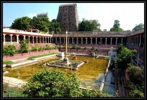Пруд с лотосами в центре храмового комплекса