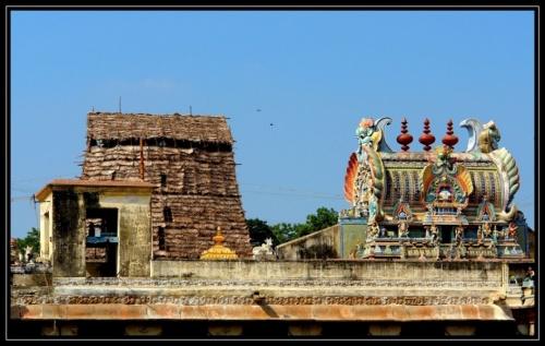 В самом центре - храм Шивы (тоже бронза, а не золото)