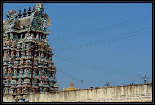 В самом центре видна часть храма Шивы