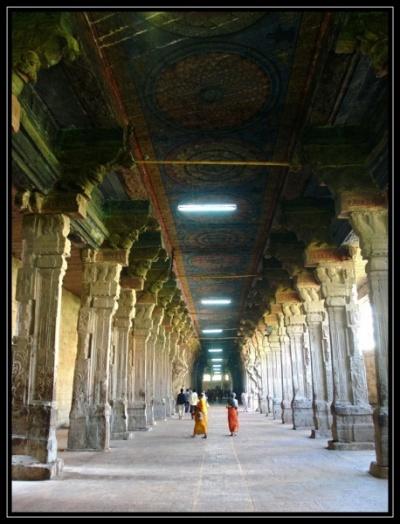 Колонны, уходящие вдаль, есть в каждом южноиндийском храме