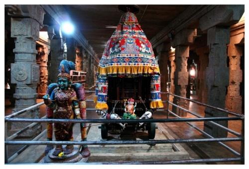 На таком (только большом) транспорте едут по городу Мадураи Шива и Минакши во время своей свадьбы
