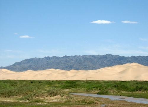 Вода в пустыне есть. Кое-где