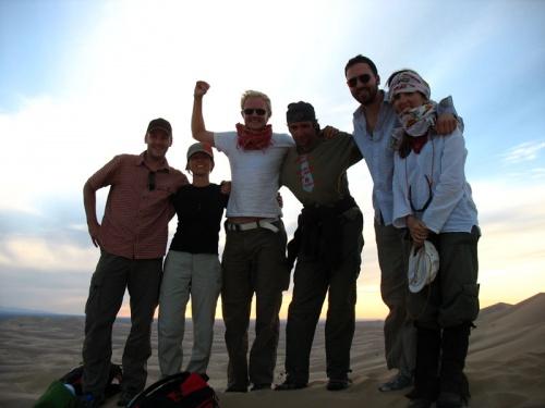 Интернациональная компания на закате в песках Хонгор Элс