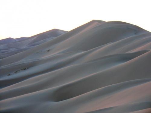 Поверхность песков кажется какой-то удивительной тканью