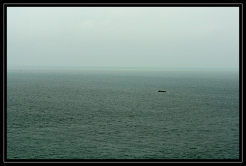 Справа - океан