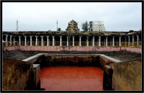 Традиционный элемент южноиндийского храма - вода