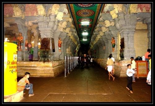 Колонны в южноиндийском храме - обязательный элемент