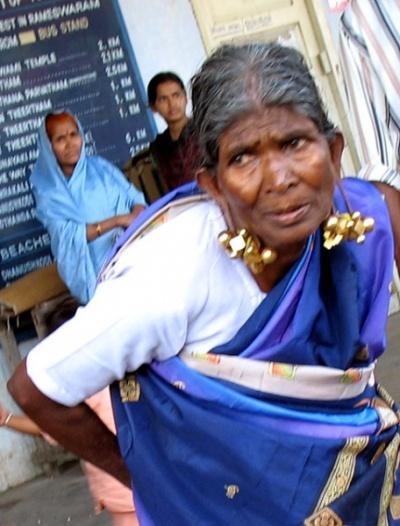 Для сравнения: золотые гири в ушах тамильской бабушки