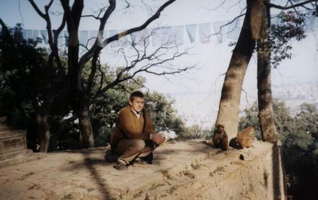 По дороге кормим обезьян.