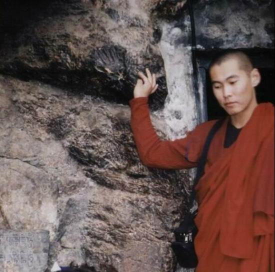 Отпечаток руки Падмасамбхавы на входе в его пещеру близ Катманду.